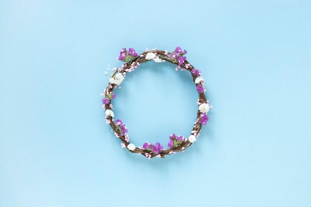 Vue surélevée de guirlande composée de fleurs sur fond bleu