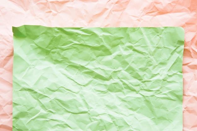 Vue surélevée de papiers froissés verts et roses