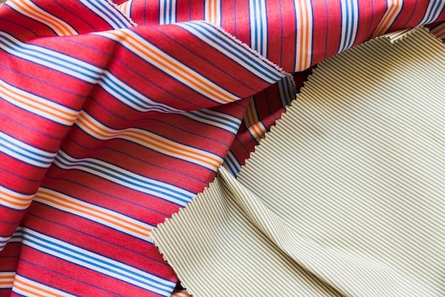 Vue surélevée d'un textile en coton coloré