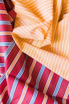 Vue surélevée de vêtements pliés colorés