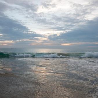 Vue de surf sur la plage, ixtapa, zihuatanejo, guerrero, mexique