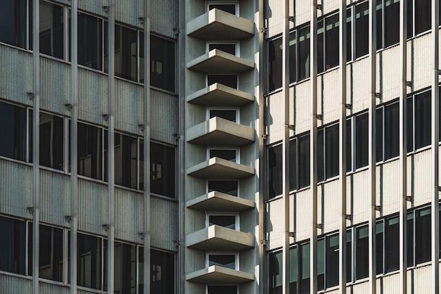 Vue symétrique de l'angle intérieur d'un immeuble urbain vintage