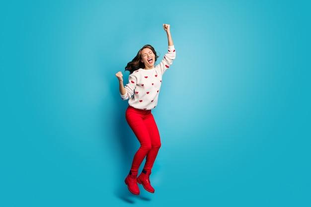 Vue de la taille du corps sur toute la longueur belle fille joyeuse ravie extatique heureuse sautant s'amuser fête à thème