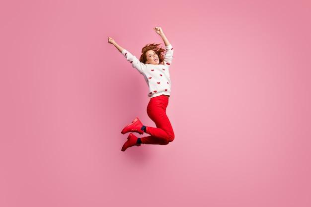 Vue de la taille du corps sur toute la longueur belle jolie insouciante funky heureux chanceux joyeux foxy fille sautant s'amuser chill out party