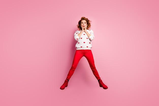 Vue de la taille du corps sur toute la longueur chanceux fille foxy joyeuse sautant s'amuser cool bonnes nouvelles succès