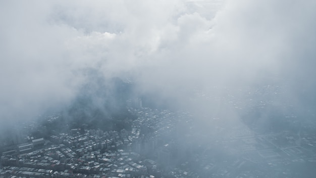 La vue sur taipei, capitale de taiwan, du haut de taipei 101, le deuxième plus grand bâtiment du monde, tire après avoir plu avec du brouillard.