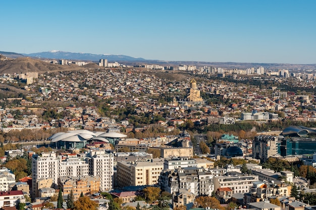 Vue sur tbilissi avec sameba, église de la trinité et autres points de repère. bel endroit pour voyager