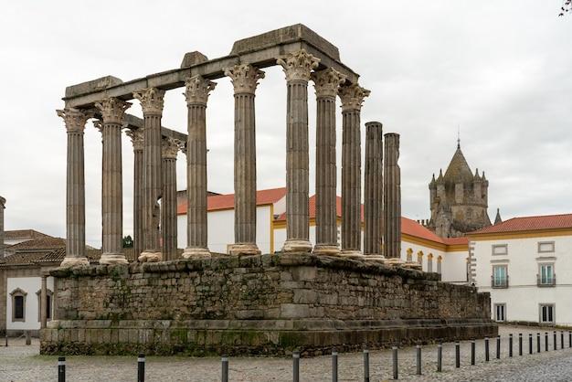 Vue sur le temple de diane et la tour de la cathédrale d'evora, portugal