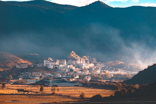 Vue sur le temple de songzanlin avec ses montagnes