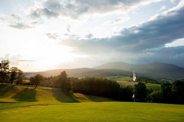 Vue sur le terrain de golf en montagne