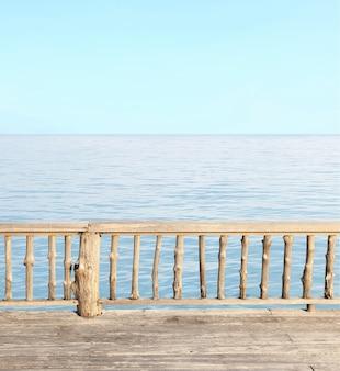 Vue sur la terrasse avec mer bleue et ciel clair
