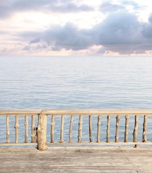 Vue sur la terrasse avec mer bleue et ciel nuageux