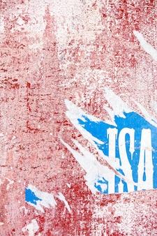 Vue d'une texture de mur rose coupé et vieux avec du papier déchiré.