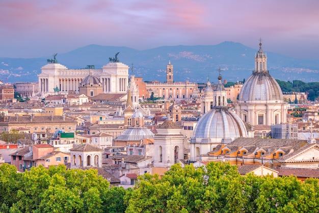 Vue sur les toits de la vieille ville de rome depuis castel sant'angelo, italie au coucher du soleil