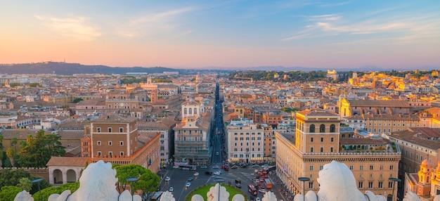 Vue sur les toits de la vieille ville de rome en italie au coucher du soleil