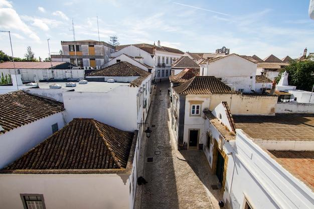 Vue sur les toits d'un village de la vieille ville à faro, portugal.