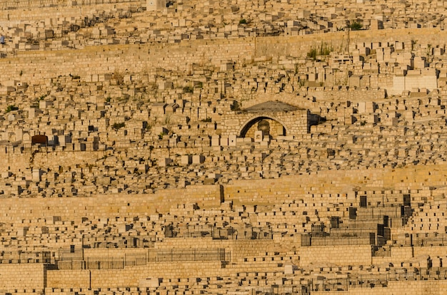 Vue des tombes juives sur le mont des oliviers depuis le centre davidson à jérusalem, en israël