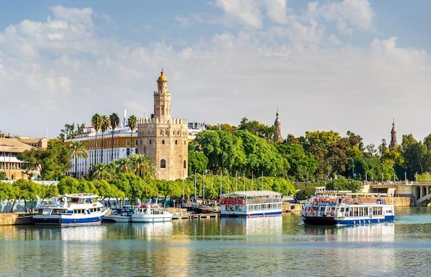 Vue de la torre del oro, une tour à séville - espagne, andalousie