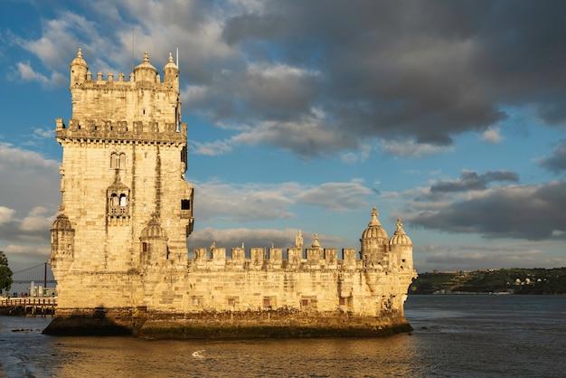 Vue de la tour de belém à lisbonne, portugal au coucher du soleil.