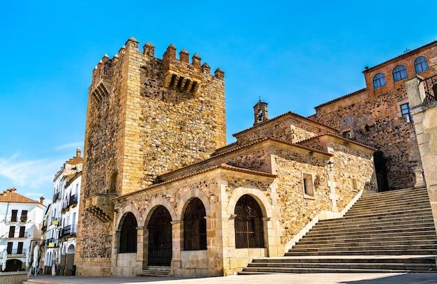 Vue de la tour de bujaco à caceres espagne