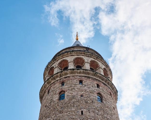 Vue de la tour de galata contre le ciel bleu, turquie, istanbul