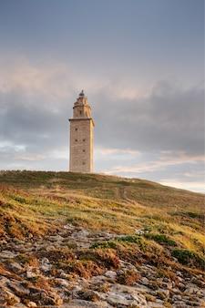 Vue de la tour d'hercule ancien phare romain au coucher du soleil. galice, espagne.