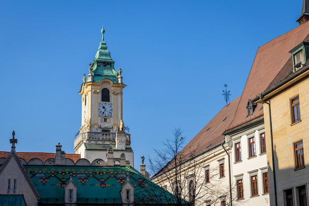 Vue de la tour de l'horloge de l'ancien hôtel de ville de bratislava et fond de ciel bleu
