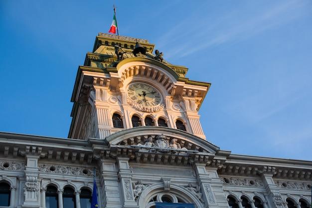 Vue de la tour de l'hôtel de ville de trieste, en italie