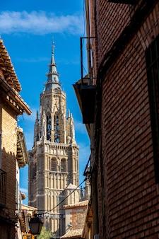 Vue de la tour principale de la cathédrale de tolède entre les rues.