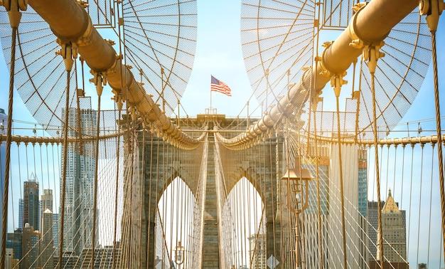 Vue sur les tours du pont de brooklyn avec les toits de manhattan en arrière-plan, à new york city