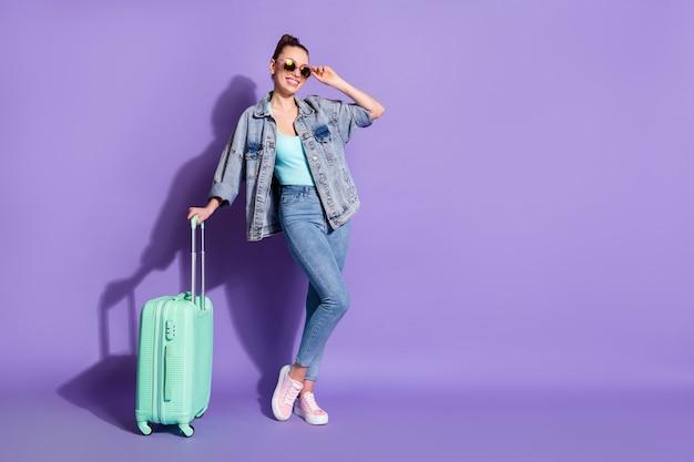 Vue sur toute la longueur du corps d'une fille partant de la tournée de l'aéroport à l'étranger