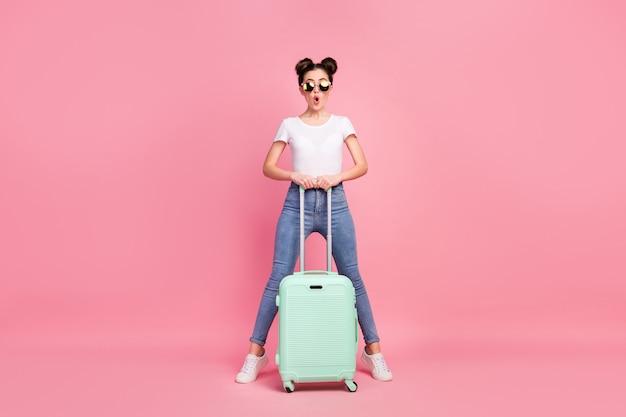Vue sur toute la longueur du corps de nice girl holding in hands valise tromper s'amusant tour