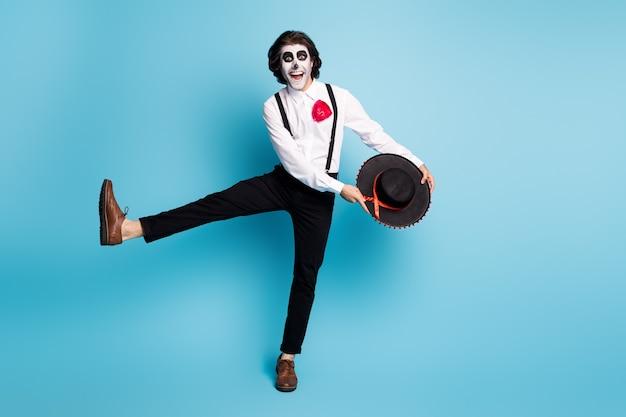 Vue sur toute la longueur de son corps, il beau, maigre, grand, joyeux, monsieur cerise, sautant danser, s'amusant, bonne humeur, se détendre, rester isolé, brillant, éclat vif, fond de couleur bleu vif
