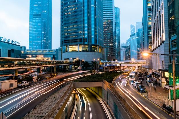 Vue des trafics avec des immeubles de bureaux et commerciaux dans la zone centrale de hong kong.