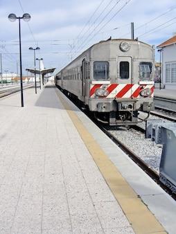 Vue d'un train portugais arrêté à une gare.