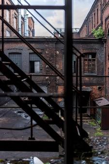 Vue à travers les escaliers vers le bâtiment de l'ancienne usine