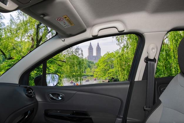 Vue à travers une fenêtre de voiture avec vue sur central park, new york