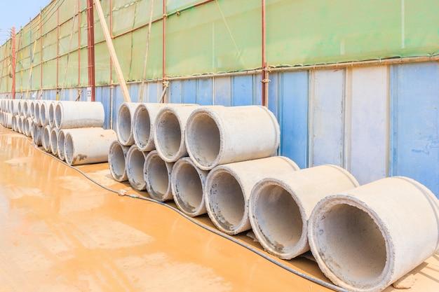 Vue des tuyaux de drainage en béton avec fond de chantier.