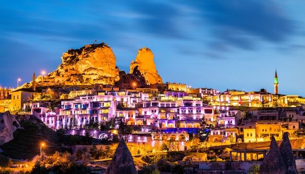 Vue d'uchisar avec le château au coucher du soleil en cappadoce, turquie