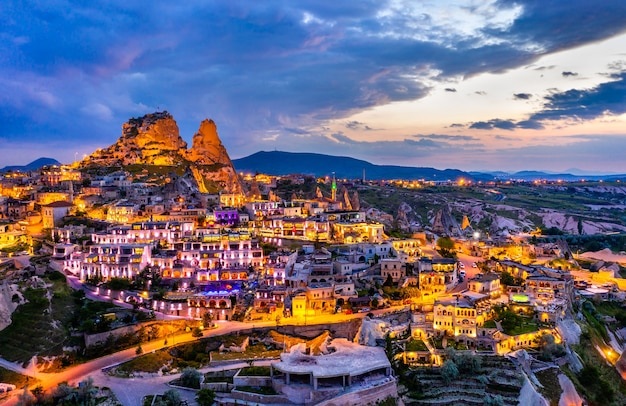Vue d'uchisar avec le château au coucher du soleil. cappadoce, turquie
