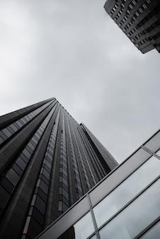 Vue urbaine vue de dessous avec des gratte-ciels