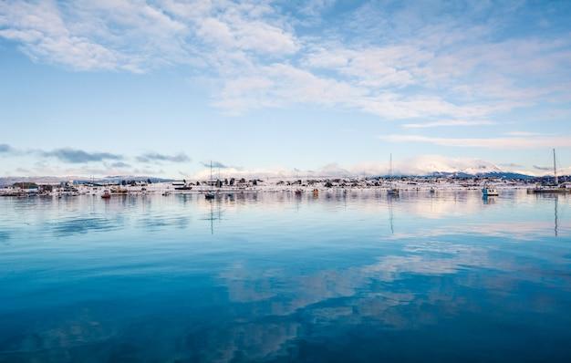 Une vue sur ushuaia et les montagnes en hiver.