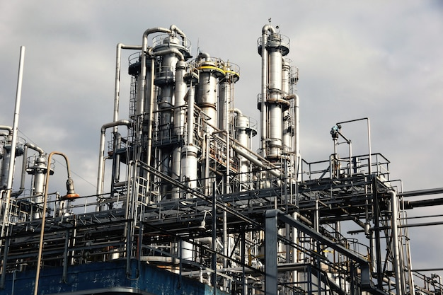 Vue de l'usine de raffinage du pétrole