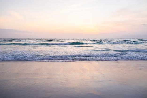 Vue des vagues géantes, écume et éclaboussures dans l'océan, journée ensoleillée.