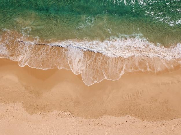 Vue des vagues de mousse sur le bord de mer d'en haut