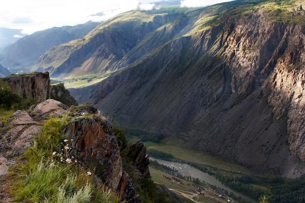 Vue de la vallée de chulychman du col katu-yaryk