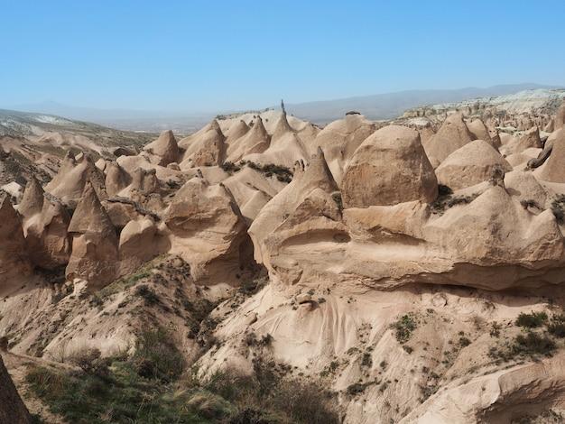 Vue sur la vallée de devrent ou vallée imaginaire ou vallée rose en cappadoce, turquie.