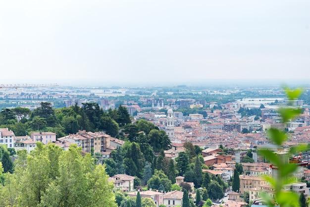 Vue sur la vallée de la lombardie de bergame, italie