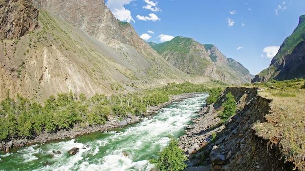Vue sur la vallée et la rivière pendant le voyage dans les montagnes de l'altaï.