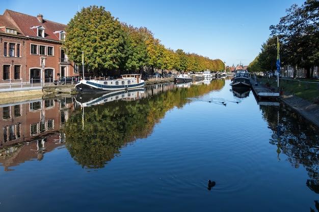 Vue vers le bas d'un canal à bruges flandre occidentale belgique